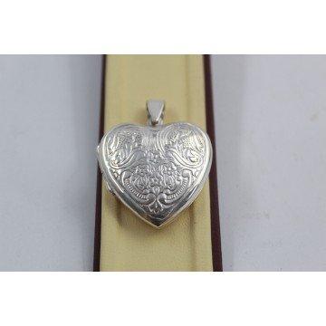 Дамски сребърен отварящ се медальон за снимка сърце с гравюра 3940