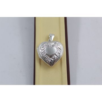 Дамски сребърен отварящ се медальон за снимка сърце с гравюра 3944